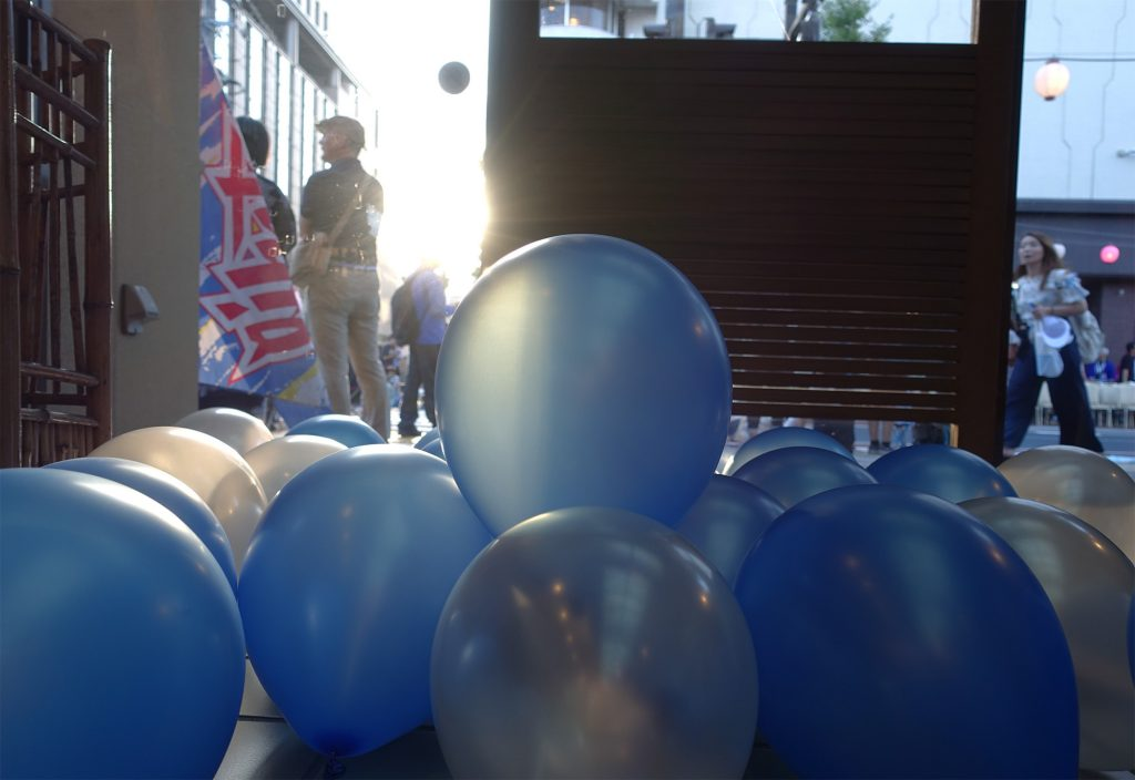 花笠まつりのパレードを控えたモンテディオカラーの風船